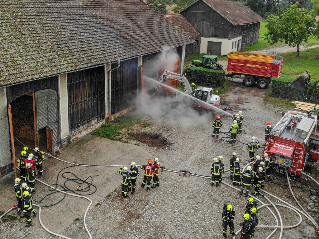 """Brand beim Schloss Aistersheim: Sieben Feuerwehren im Einsatz Veröffentlicht am: 10. Aug 2018 13:46  AISTERSHEIM. Beim Schloss Aistersheim (Bezirk Grieskirchen) ist Freitagmittag ein Brand im Hackschnitzellager ausgebrochen. Sieben Feuerwehren stehen im Einsatz. Brand beim Schloss Aistersheim: Sieben Feuerwehren im Einsatz  """"Wir konnten den Brand mittlerweile unter Kontrolle bringen, aber es gibt noch einige Glutnester"""", sagt der Einsatzleiter im Gespräch mit den OÖN. Sieben Feuerwehren, die bei Alarmstufe 2 im Einsatz stehen, müssen nun das 2000 Kubikmeter große Heizungslager räumen. Gefährdet wurde niemand, da das Hackschnitzellager ein seperates Gebäude ist. Noch ist unklar, wie es zu dem Brand gekommen ist."""
